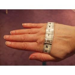 prise de mesure pour un bracelet Lakhovsky avec un centimètre